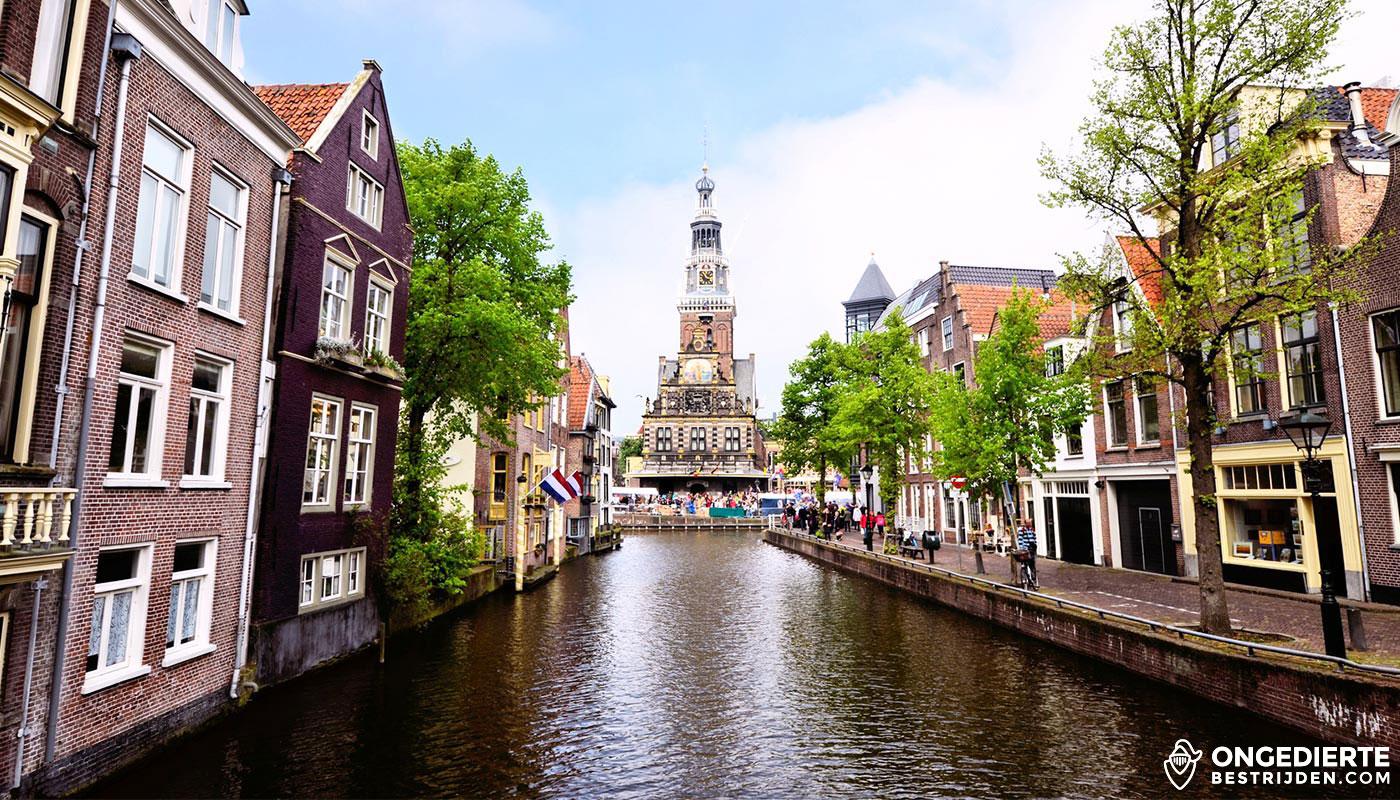 Oude huizen en uitzicht op kerk langs de grachten in Alkmaar