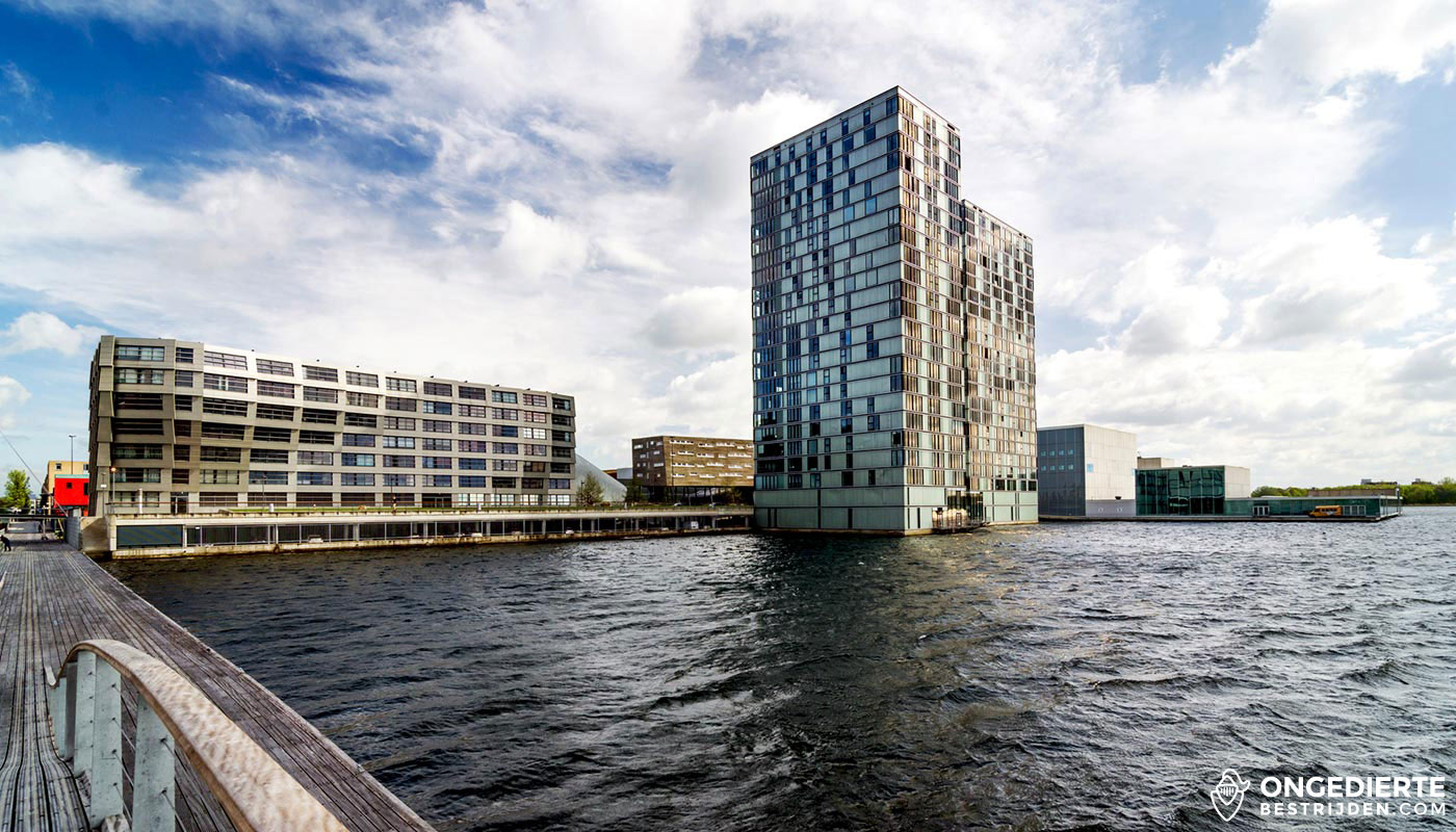 Moderne stad en huizen in Almere langs het water