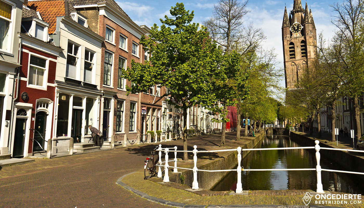 Grachten van Delft met kerk en huizen in beeld
