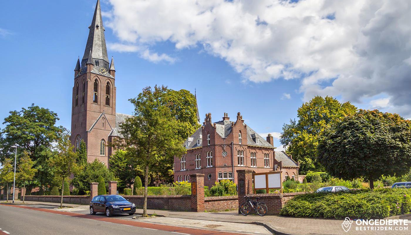 Kerk naast oud huis in Eindhoven