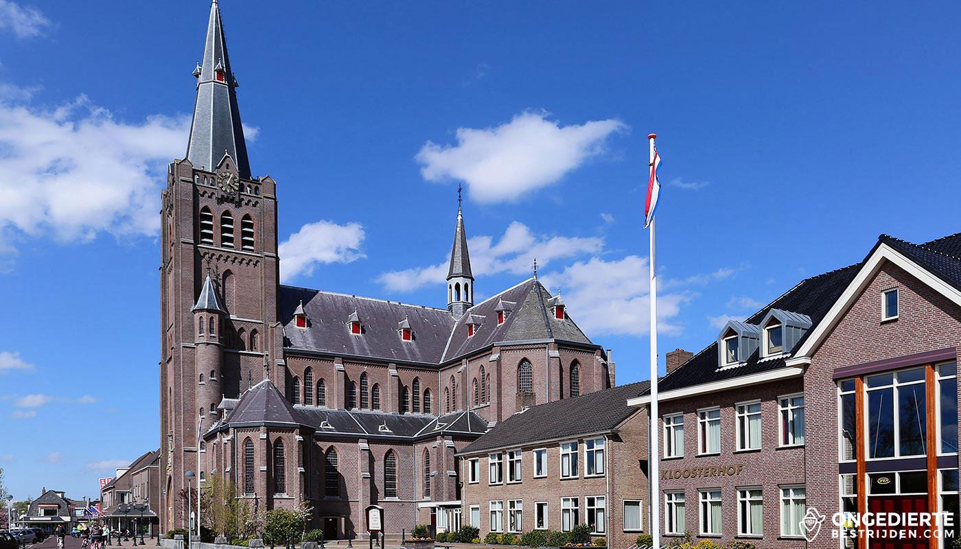 Kerk naast Kloosterhof/huis in Noord-Scharwoude