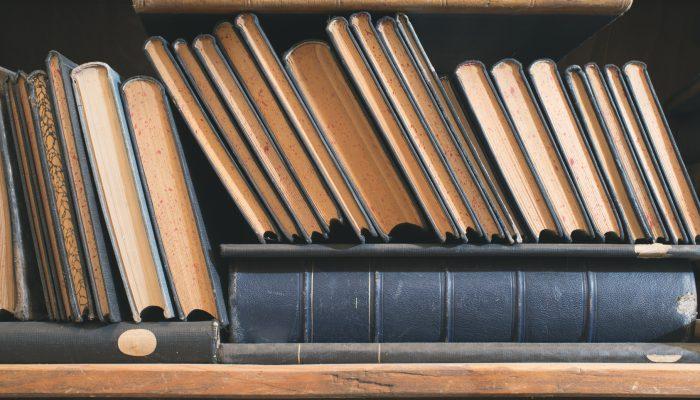 Oude boeken met papiervisjes