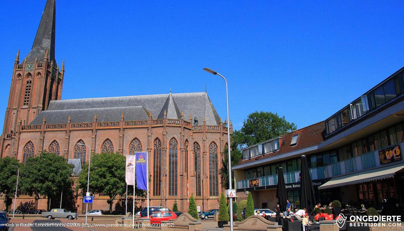 Uitzicht op hotel/huizen met kerk in Raalte