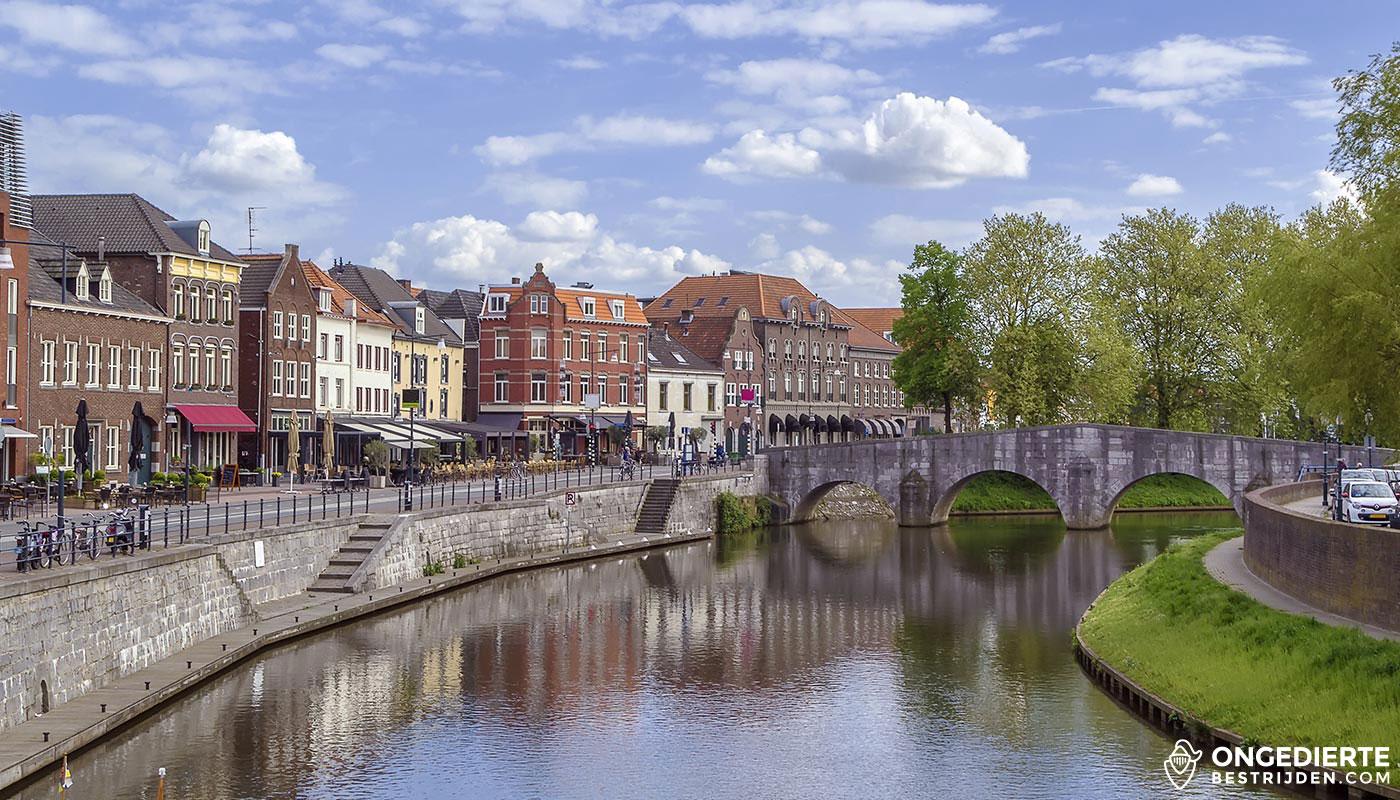 Huizen in binnenstad langs rivier in Roermond