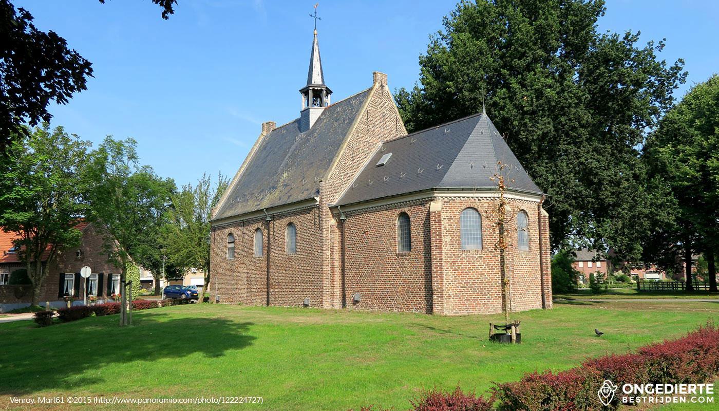 Uitzicht op kleine kerk in Venray vanuit woonhuis