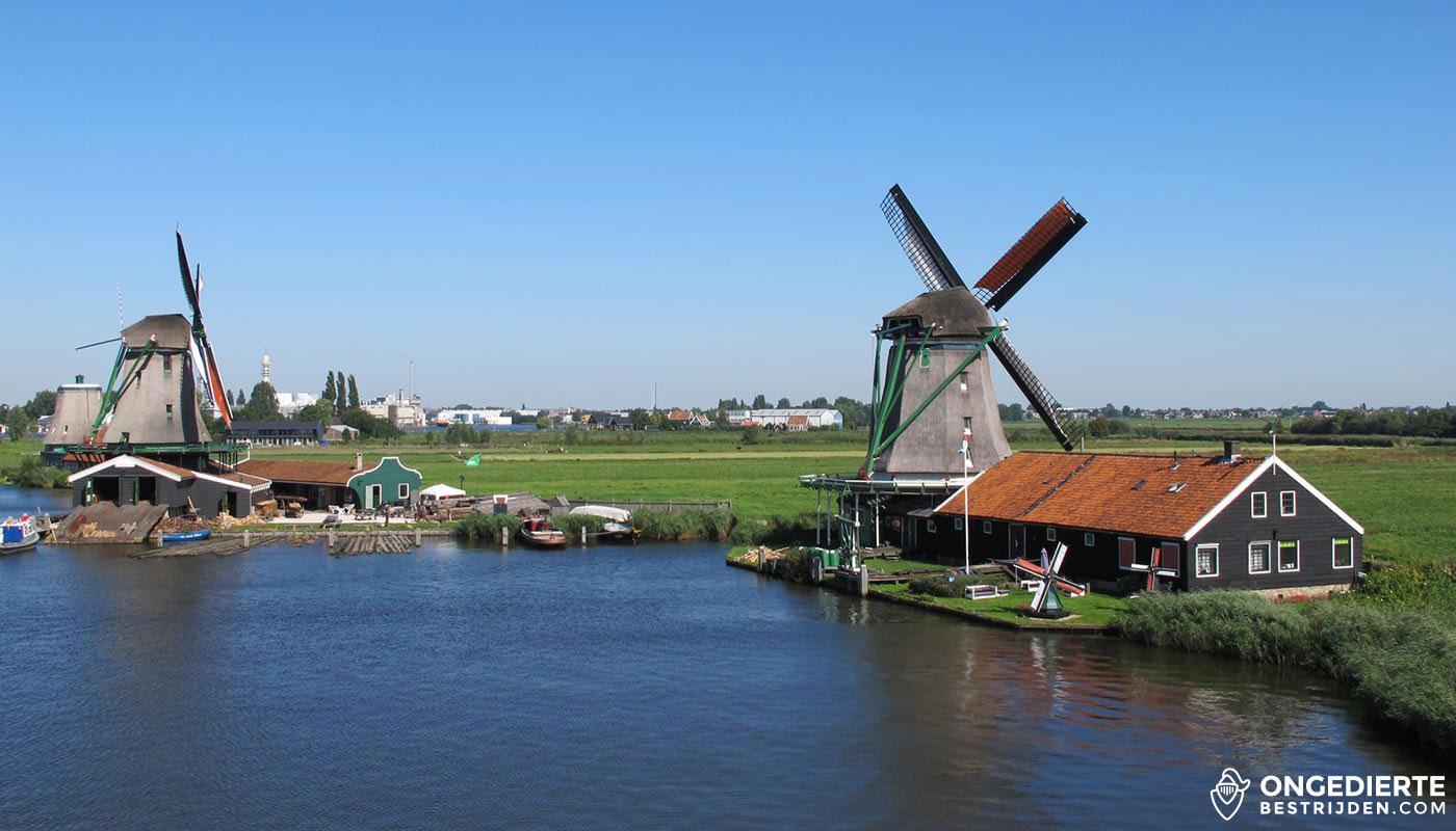 Uitzicht op huis en Molens bij de Zaanse Schans in Zaanstad