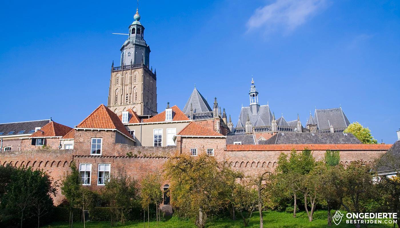 Uitzicht op binnenstad van Zutphen met oude stadsmuur